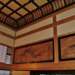 2.漆が施された格子材と孔雀が舞う欄間